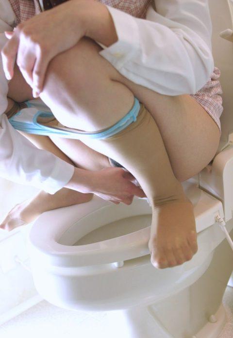 【マニアック】「オシッコ後にティッシュでマンコ拭いてる女」限定のエロ画像集(30枚)・4枚目