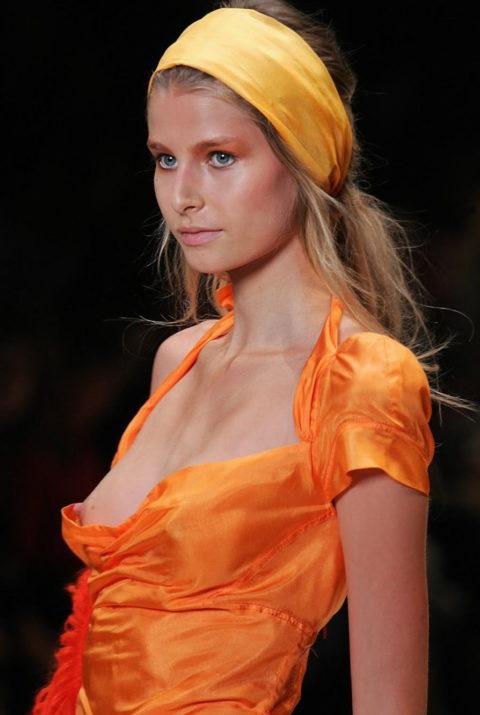 乳首ポロリしてもポーカーフェイスで決めるスーパーモデルたち(画像30枚)・4枚目