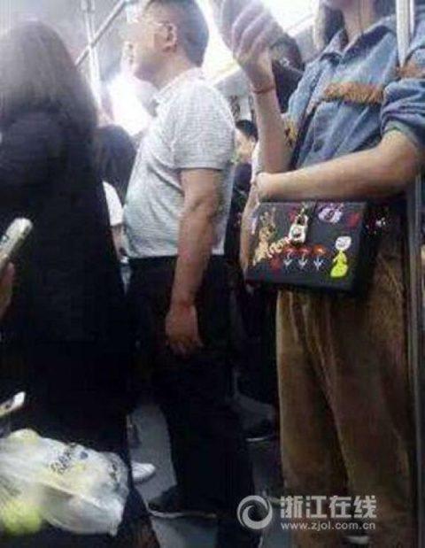 【痴漢の瞬間】電車で被害に遭っている女性たちの反応をご覧ください・・・92枚・42枚目