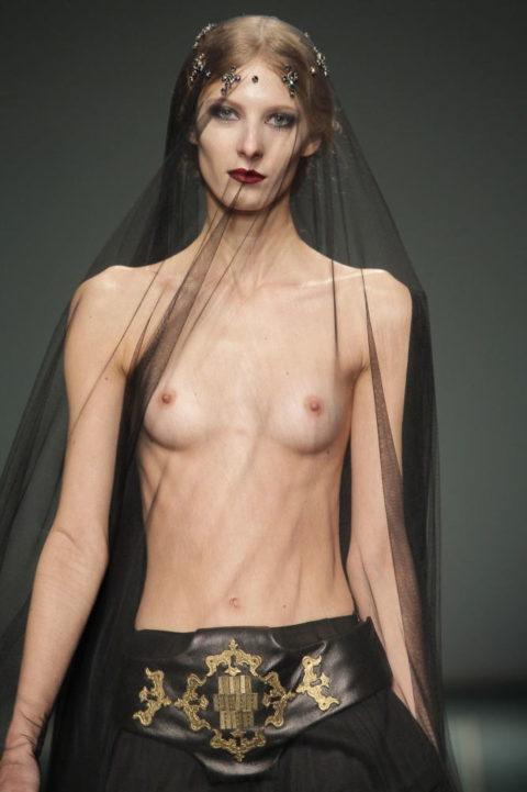 乳首ポロリしてもポーカーフェイスで決めるスーパーモデルたち(画像30枚)・6枚目