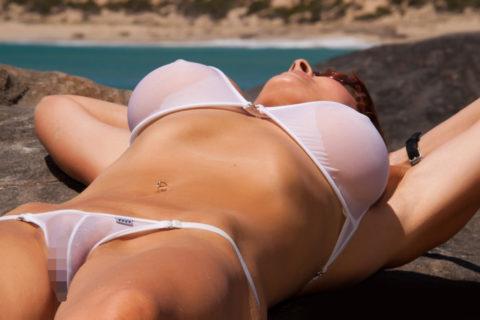 【ポッチ】水着の上から透け乳首しちゃってる女性を追え!!!!!(画像20枚)・8枚目