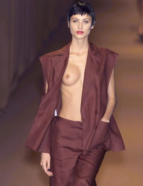 乳首ポロリしてもポーカーフェイスで決めるスーパーモデルたち(画像30枚)・8枚目