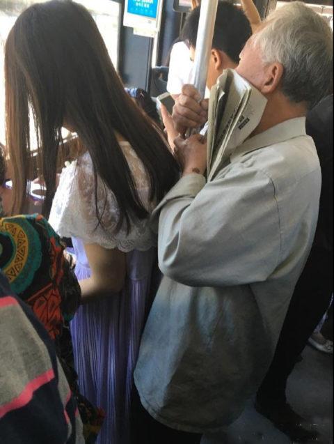 【痴漢の瞬間】電車で被害に遭っている女性たちの反応をご覧ください・・・92枚・46枚目