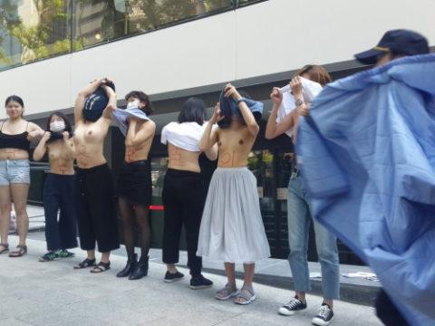 【おっぱい】トップレスで抗議デモを行う海外の女性露出団体のエロ画像(37枚)・1枚目