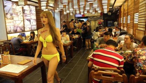 【こマ!?】普通のレストランで水着ギャルが接客する中国のセクシービジネス(画像32枚)・1枚目