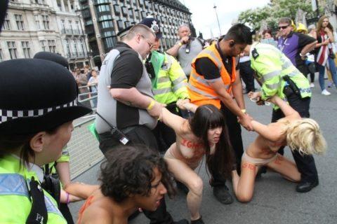 【おっぱい】トップレスで抗議デモを行う海外の女性露出団体のエロ画像(37枚)・10枚目