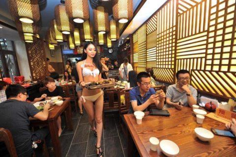 【こマ!?】普通のレストランで水着ギャルが接客する中国のセクシービジネス(画像32枚)・10枚目
