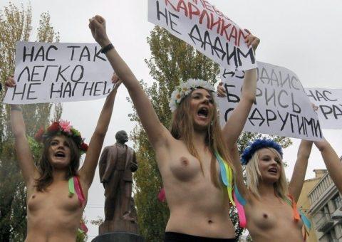 【おっぱい】トップレスで抗議デモを行う海外の女性露出団体のエロ画像(37枚)・11枚目