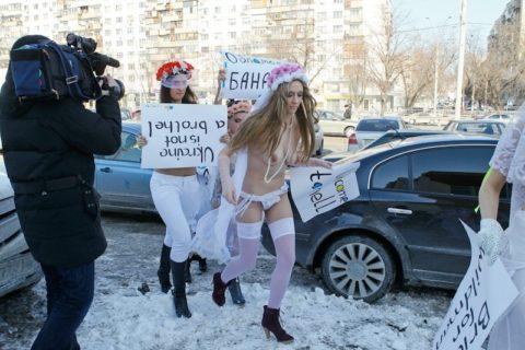 【おっぱい】トップレスで抗議デモを行う海外の女性露出団体のエロ画像(37枚)・13枚目