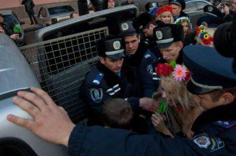 【おっぱい】トップレスで抗議デモを行う海外の女性露出団体のエロ画像(37枚)・14枚目