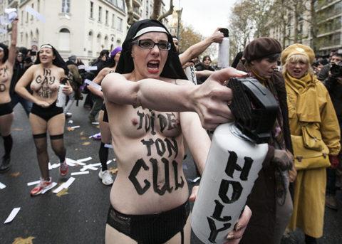 【おっぱい】トップレスで抗議デモを行う海外の女性露出団体のエロ画像(37枚)・15枚目