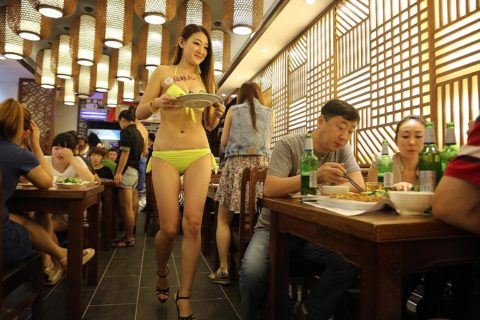 【こマ!?】普通のレストランで水着ギャルが接客する中国のセクシービジネス(画像32枚)・16枚目