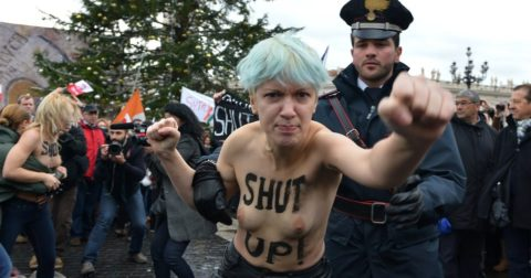 【おっぱい】トップレスで抗議デモを行う海外の女性露出団体のエロ画像(37枚)・18枚目