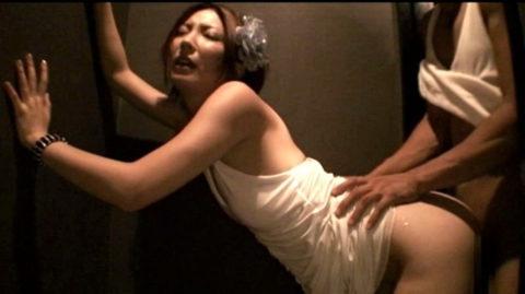 トイレで枕営業をするキャバ嬢のエロ画像集(33枚)・19枚目