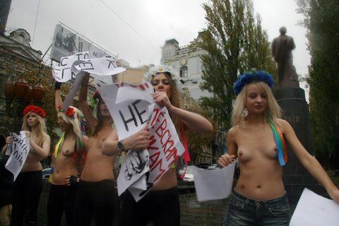 【おっぱい】トップレスで抗議デモを行う海外の女性露出団体のエロ画像(37枚)・2枚目