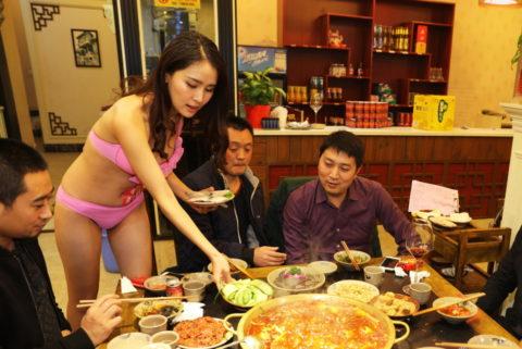 【こマ!?】普通のレストランで水着ギャルが接客する中国のセクシービジネス(画像32枚)・2枚目