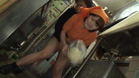 店長に酷いセクハラ行為を受けるバイトの女の子のエロ画像集(27枚)・2枚目