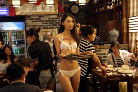 【こマ!?】普通のレストランで水着ギャルが接客する中国のセクシービジネス(画像32枚)・21枚目