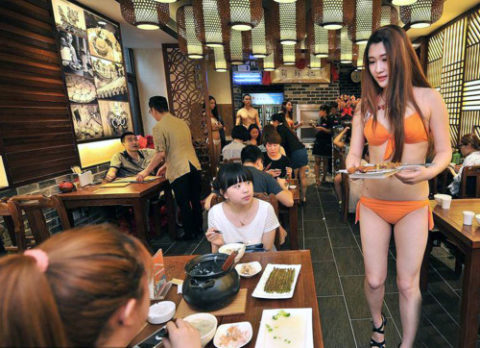 【こマ!?】普通のレストランで水着ギャルが接客する中国のセクシービジネス(画像32枚)・22枚目