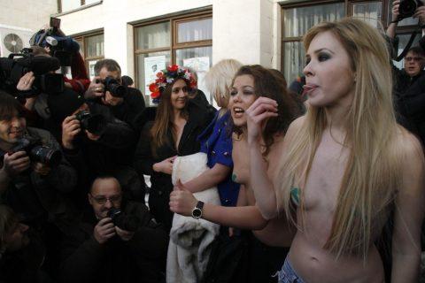 【おっぱい】トップレスで抗議デモを行う海外の女性露出団体のエロ画像(37枚)・23枚目