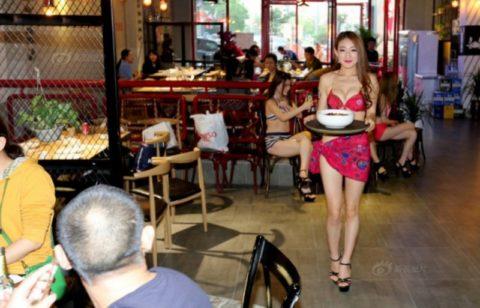 【こマ!?】普通のレストランで水着ギャルが接客する中国のセクシービジネス(画像32枚)・24枚目