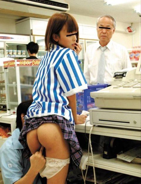 店長に酷いセクハラ行為を受けるバイトの女の子のエロ画像集(27枚)・24枚目