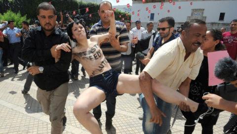 【おっぱい】トップレスで抗議デモを行う海外の女性露出団体のエロ画像(37枚)・25枚目