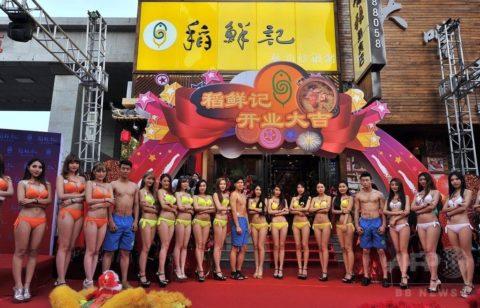 【こマ!?】普通のレストランで水着ギャルが接客する中国のセクシービジネス(画像32枚)・25枚目