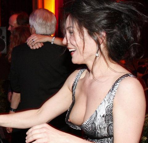 乳首がコンニチワしちゃってる海外素人女子のハプニングエロ画像集(50枚)・25枚目