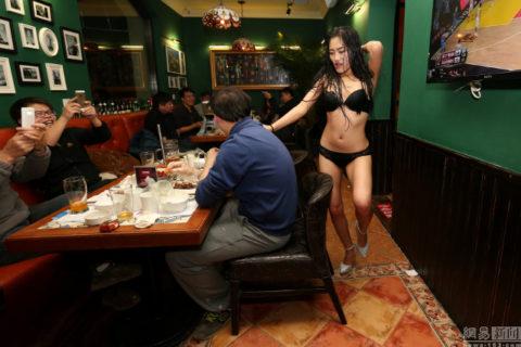 【こマ!?】普通のレストランで水着ギャルが接客する中国のセクシービジネス(画像32枚)・27枚目