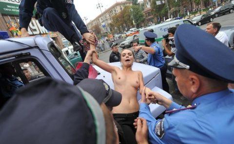 【おっぱい】トップレスで抗議デモを行う海外の女性露出団体のエロ画像(37枚)・27枚目