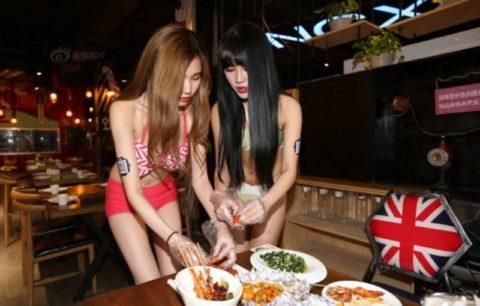 【こマ!?】普通のレストランで水着ギャルが接客する中国のセクシービジネス(画像32枚)・3枚目
