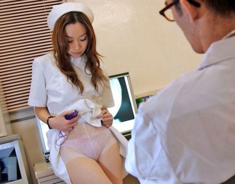 白衣の天使が恥じらいながらパンツ見せてくれてるエロ画像集(30枚)・3枚目