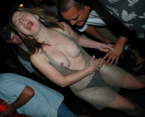 【泥酔女】酒に飲まれて男たちの餌食になってる女の子たち。。。(画像34枚)・31枚目