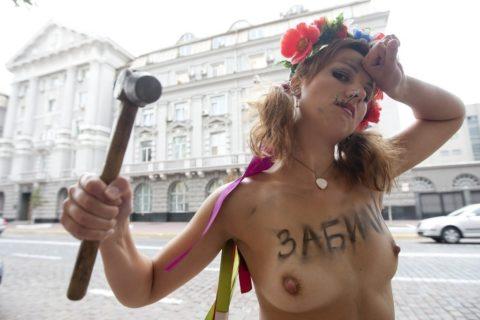 【おっぱい】トップレスで抗議デモを行う海外の女性露出団体のエロ画像(37枚)・31枚目