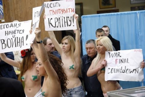 【おっぱい】トップレスで抗議デモを行う海外の女性露出団体のエロ画像(37枚)・33枚目
