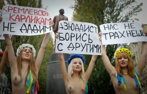 【おっぱい】トップレスで抗議デモを行う海外の女性露出団体のエロ画像(37枚)・34枚目