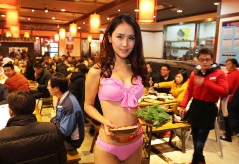 【こマ!?】普通のレストランで水着ギャルが接客する中国のセクシービジネス(画像32枚)・4枚目
