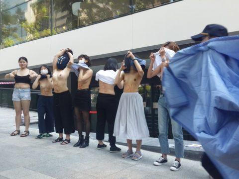 【おっぱい】トップレスで抗議デモを行う海外の女性露出団体のエロ画像(37枚)・5枚目