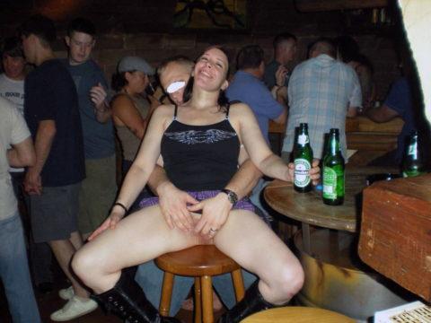 【泥酔女】酒に飲まれて男たちの餌食になってる女の子たち。。。(画像34枚)・5枚目