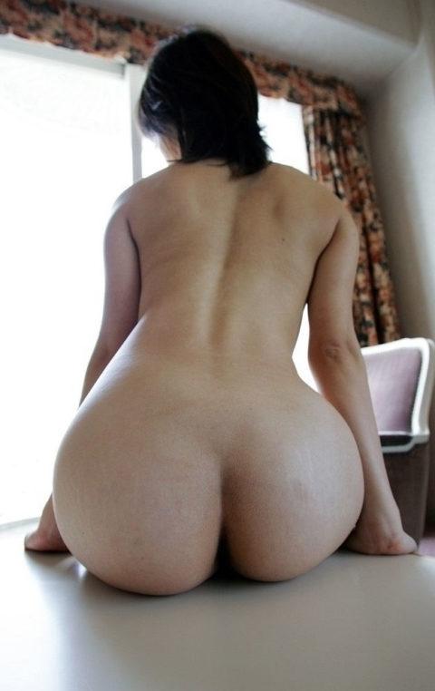 机や手すりでお尻を休めてる美尻女子のエロ画像集(24枚)・6枚目