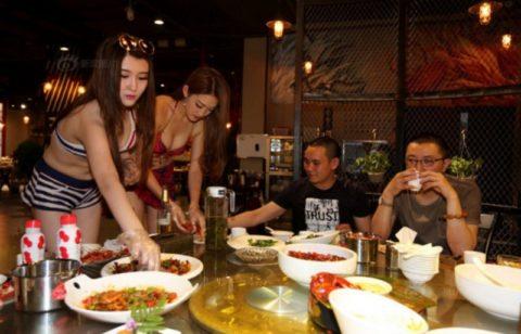 【こマ!?】普通のレストランで水着ギャルが接客する中国のセクシービジネス(画像32枚)・7枚目
