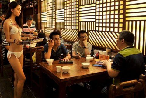 【こマ!?】普通のレストランで水着ギャルが接客する中国のセクシービジネス(画像32枚)・8枚目