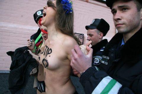 【おっぱい】トップレスで抗議デモを行う海外の女性露出団体のエロ画像(37枚)・8枚目