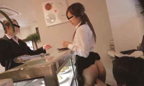 店長に酷いセクハラ行為を受けるバイトの女の子のエロ画像集(27枚)・9枚目
