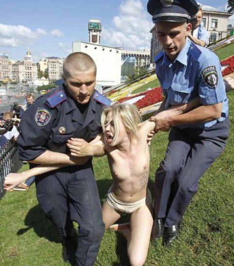 【おっぱい】トップレスで抗議デモを行う海外の女性露出団体のエロ画像(37枚)・9枚目