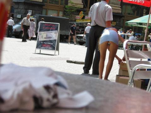 【盗撮】ミニスカ女子はモノを拾うときは気を付けなはれや!!!!!・1枚目