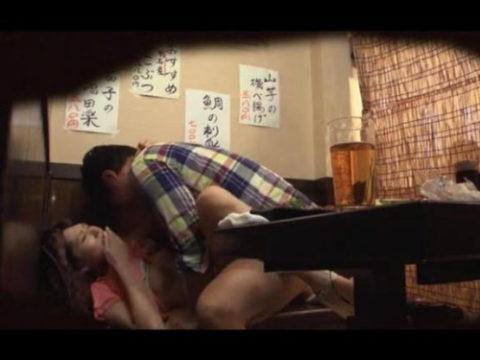 【裏山】居酒屋の個室でセックスするカップルのエロ画像(32枚)
