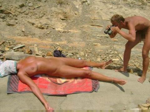 ヌーディストビーチで大胆に全裸で眠ってる美女たちのエロ画像集(28枚)