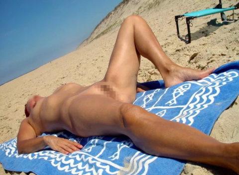 ヌーディストビーチで大胆に全裸で眠ってる美女たちのエロ画像集(28枚)・1枚目